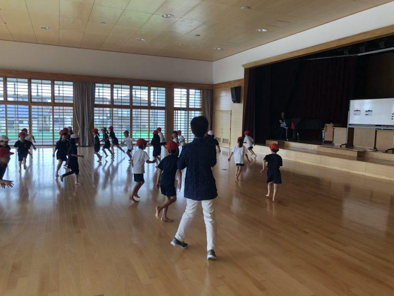 子どもに必要な刺激…リズムに合わせること、楽しく動くこと