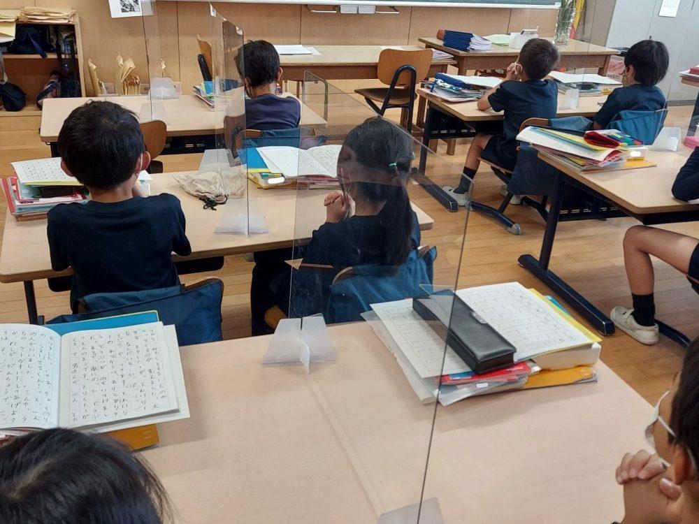 各教室で、個々に過ごす礼拝の時間